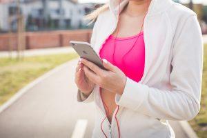 smartphon kobieta wnioskująca o pożyczkę